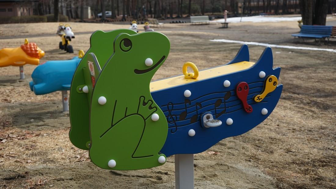NEW! 【ルッキン・ロッキン】(カエル) 対象年齢1~3歳 2人乗り(親子でご利用可能です)の前後にやさしく揺れるリンクという種類の遊具です。
