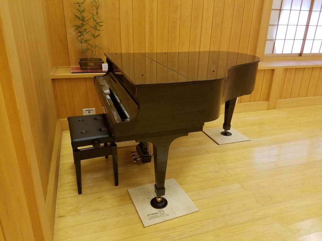 研修ホールご利用の方は、ピアノの使用も可能です。
