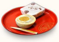 創業天明七年 綿半の日の輪 <br /> 日の輪は幣店二代目半兵衛が独特なる伝統的製法と原料精選を以って精製されました銘菓でございます。日の輪は当時、唐饅頭と称しておりましたが、日光輪王寺門跡、法親王宮殿下に御献上いたしましたところ、たいへん御嘉賞くださり輪王寺の[輪]に、日光の〔日]を冠し[日の輪]とご呼名くださいました。その光栄を尊重、代々伝統的製法の下に精製されている由緒ある和菓子でございます。また、日光山輪王寺、日光東照宮、日光二荒山神社、田母沢御用邸の御用を務めて参りました。是非一度ご賞味下さいませ。
